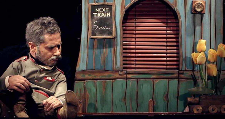 Un personaje delante de una caseta