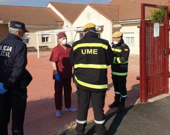 Dos inspectores de la UME en una residencia de Moralzarzal