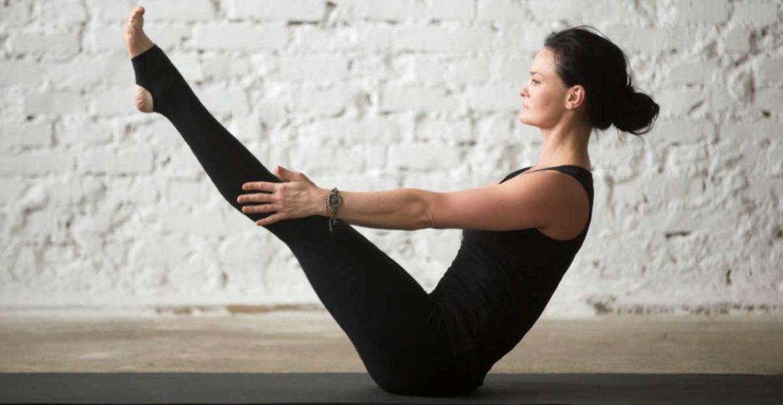 Una mujer practicando yoga