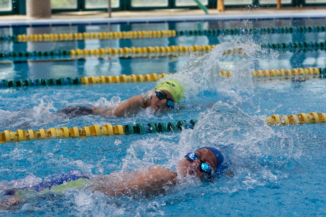Niños nadando en una piscina