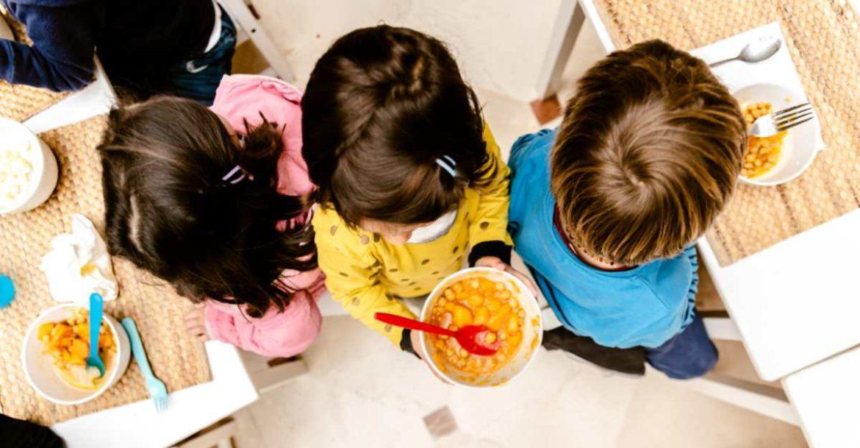 Niños pequeños en un comedor