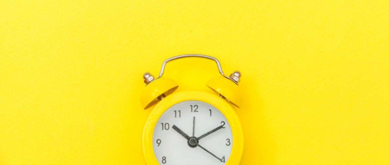 Un despertador con fondo amarillo