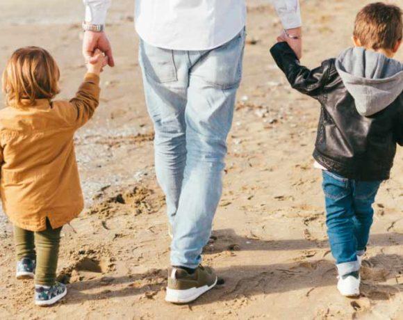 Un adulto pasea con dos niños
