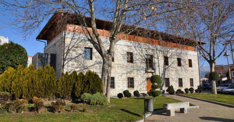 Exterior del edificio de la biblioteca municipal de Moralzarzal