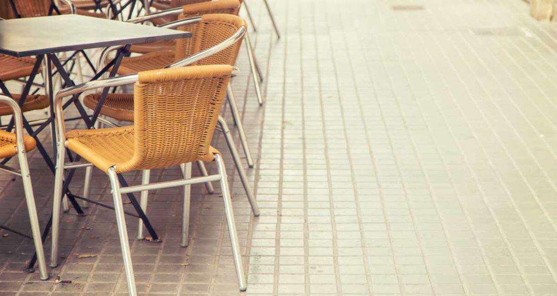 sillas y mesa en la terraza de un bar
