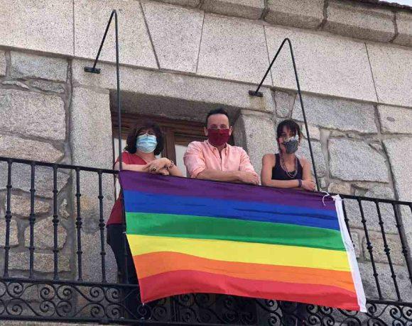Autoridades de Moralzarzal con una pancarta LGTBIQ