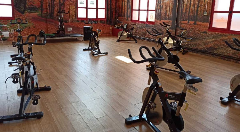 Interior del gimnasio de Moralzarzal con las bicicletas de spinning
