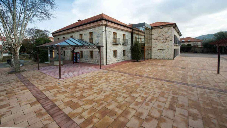 Exterior del edificio de El Hogar de los Mayores de Moralzarzal