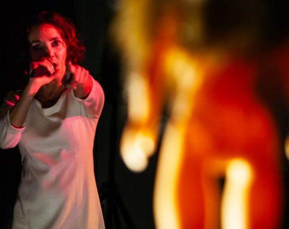 Una actriz recita con micrófono en mano