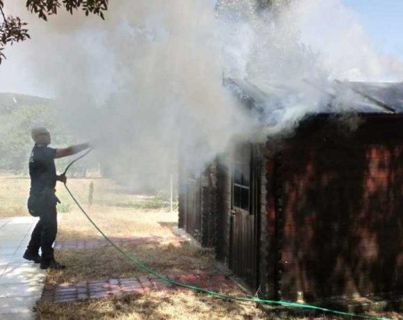 Un agente de la policía local de Moralzarzal sofoca un incendio
