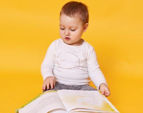 Un bebé con un libro abierto