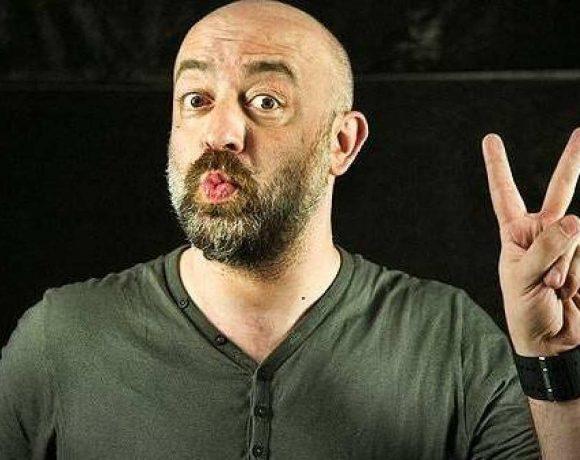 El humorista Goyo Jiménez posa hacienda la v con los dedos