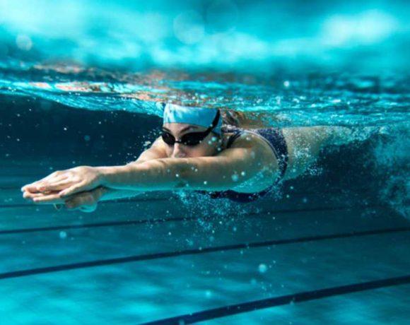 Una persona nadando en una piscina