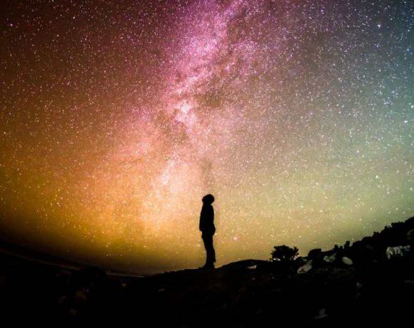 Una persona observando estrellas
