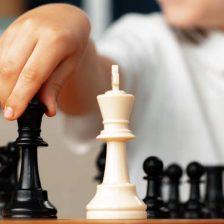 Piezas de ajedrez y una mano que las mueve
