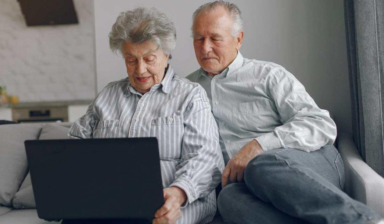 Una pareja mayor con un ordenador portátil