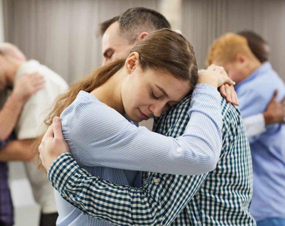 Personas abrazadas