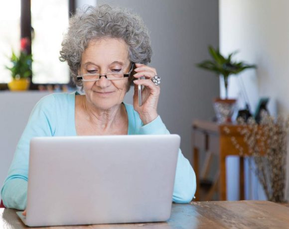 Una mujer mayor con un portátil