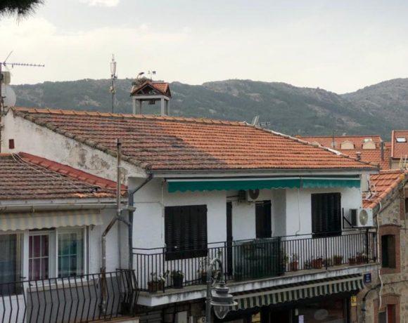 Casas de Moralzarzal con la torre del Ayuntamiento al fondo