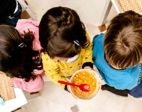 Unos peques en un comedor de colegio