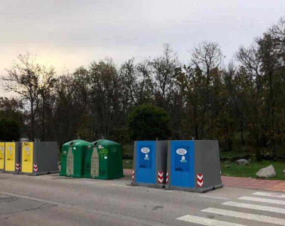 Hilera de contenedores de basura en Moralzarzal
