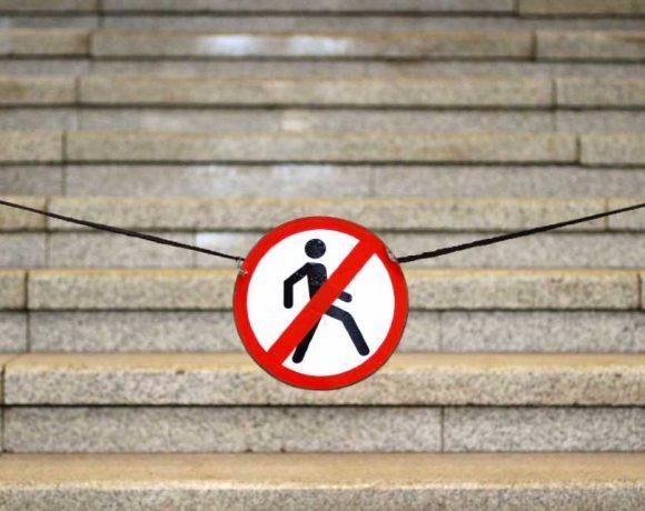 Una señal de prohibido el paso para peatones