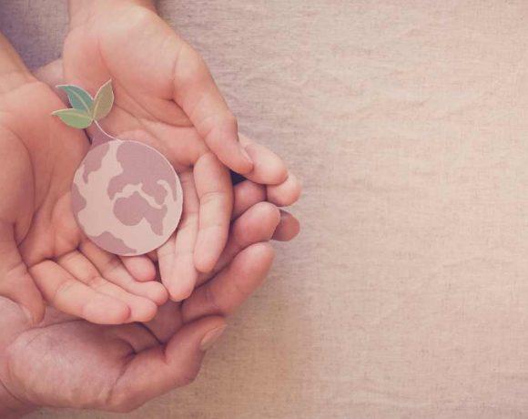 Unas manos simbolizan la protección del planeta tierra