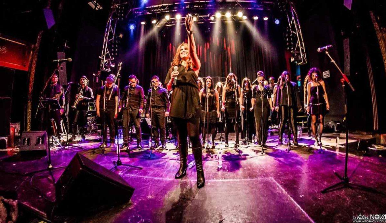 Coro de cantantes sobre un escenario