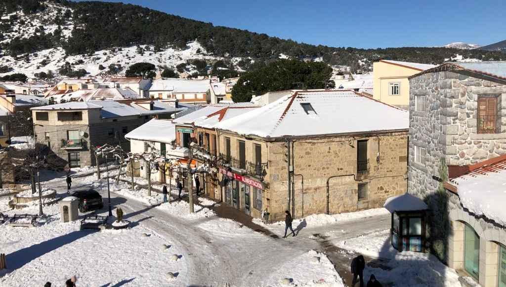 La plaza de la constitución de Moralzarzal, nevada