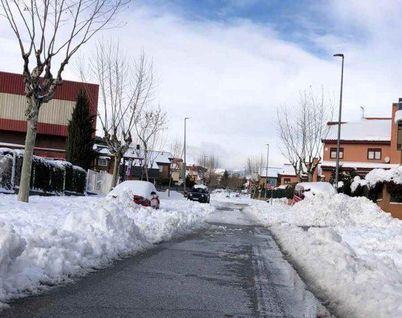 Una calle de Moralzarzal tras la nevada