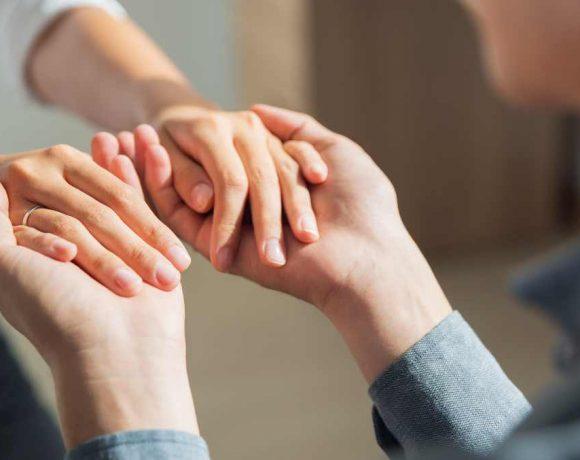 Dos personas sujetándose las manos