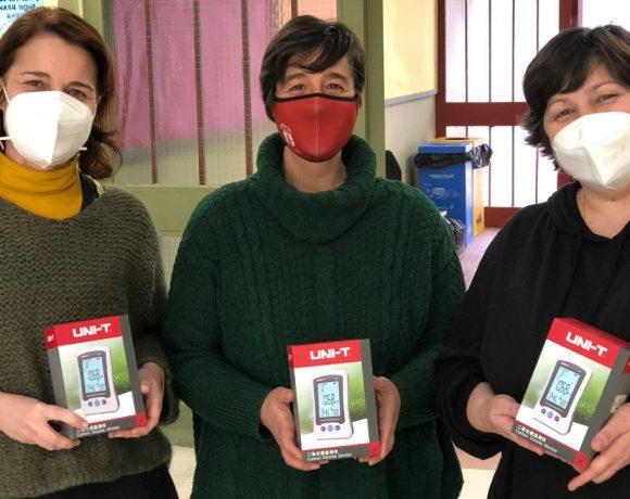 La concejal de Educación de Moralzarzal muestra los medidores con el equipo directivo del CEIP El Raso