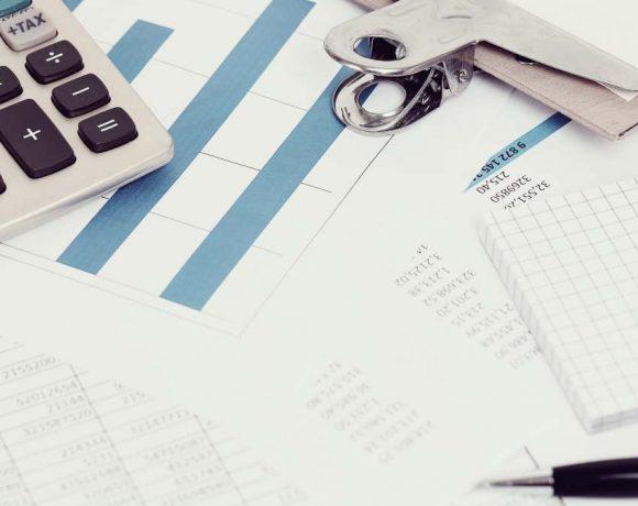 Una calculadora y documentos