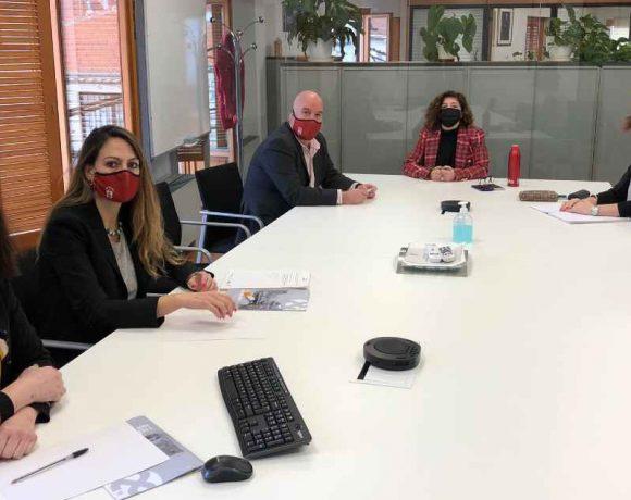 Reunión en una mesa de trabajo en Moralzarzal