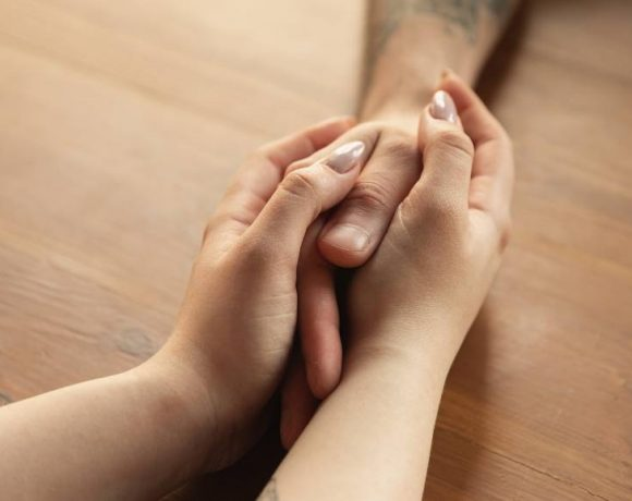 Unas manos de mujer sujetan las de un hombre