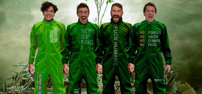 Cuatro personajes vestidos de verde gritan mirando a la cámara