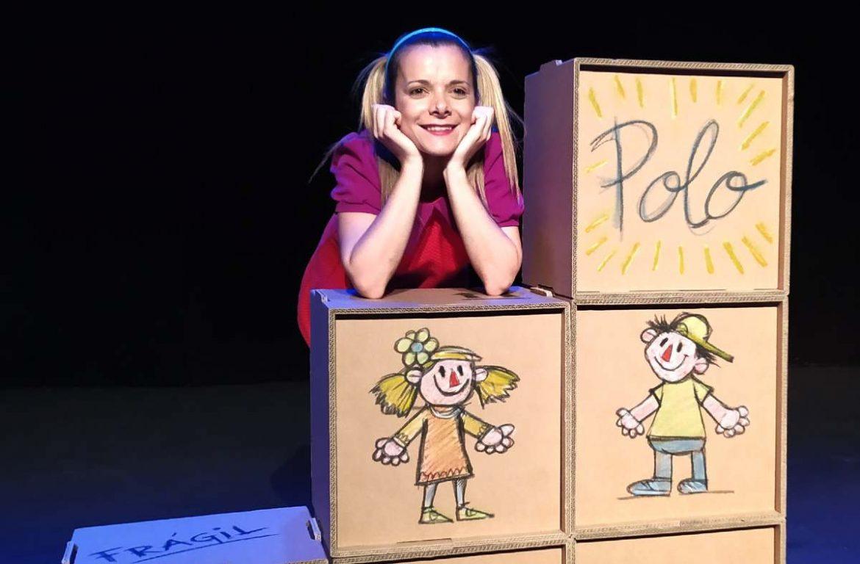 Una actriz hace de niña en un espectáculo teatral