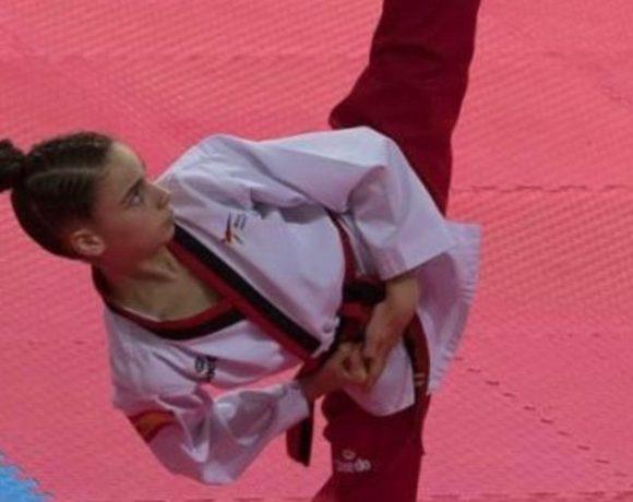 Una taekwondista lanza una patada