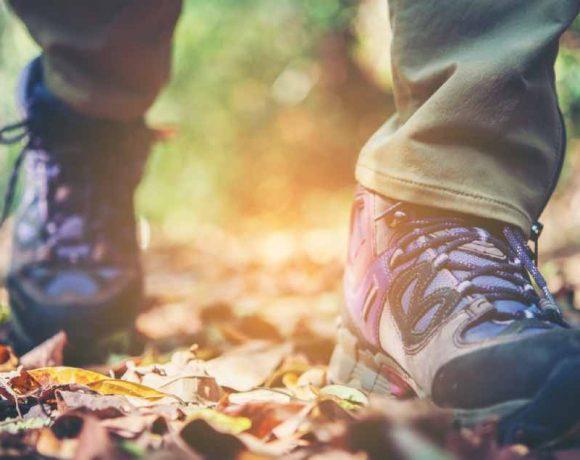 Primer plano de unas botas de mujer caminando por un bosque