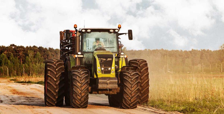 Un tractor en un camino rural