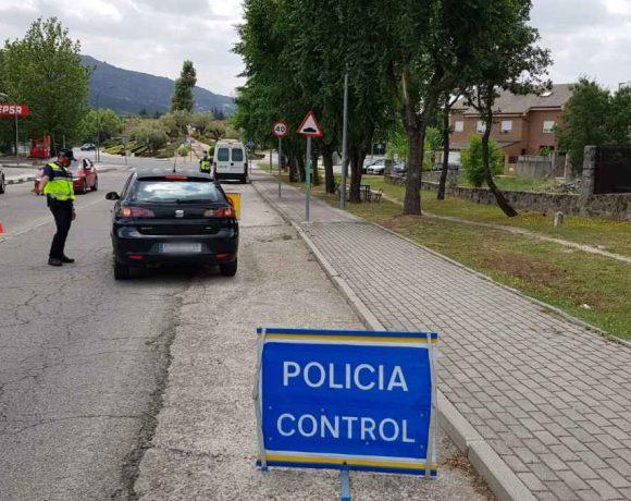 Un policía local de Moralzarzal detiene un vehículo para un control
