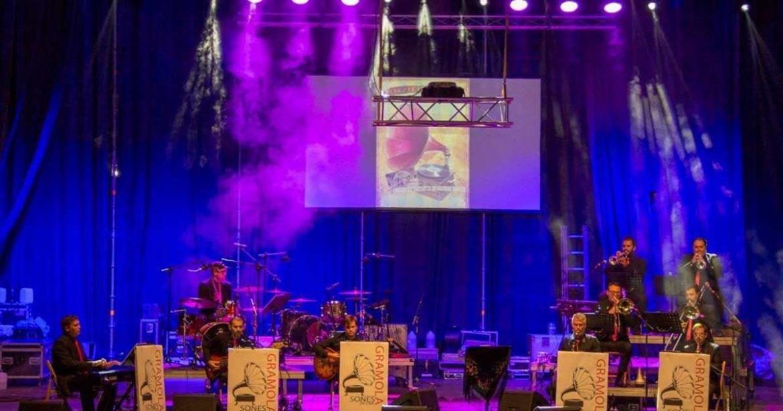 Músicos en un escenario