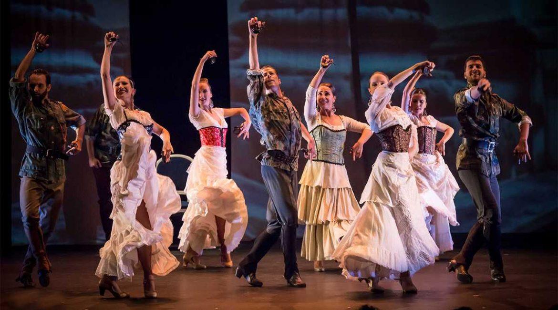 Bailarines flamencos en un escenario