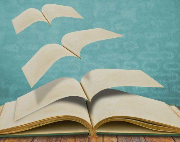 Ilustración de un libro abierto con páginas volando