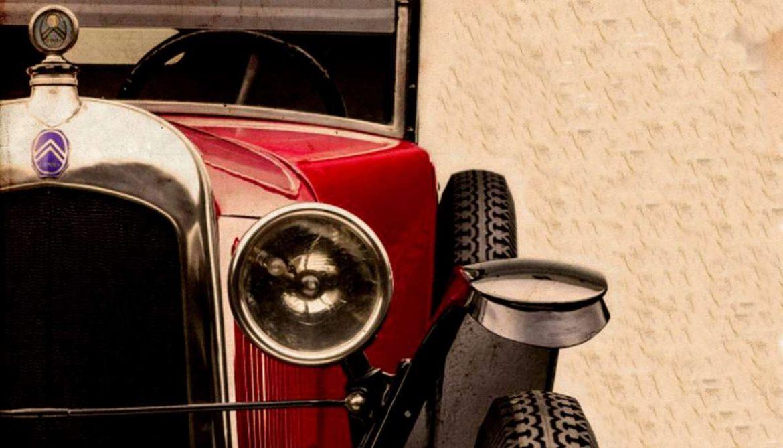 Detalle del frente de un coche clásico