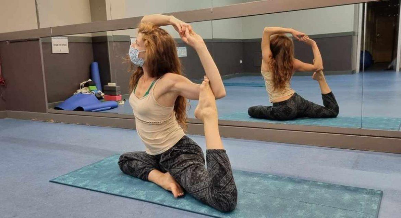 Una monitora de Yoga realiza un ejercicio
